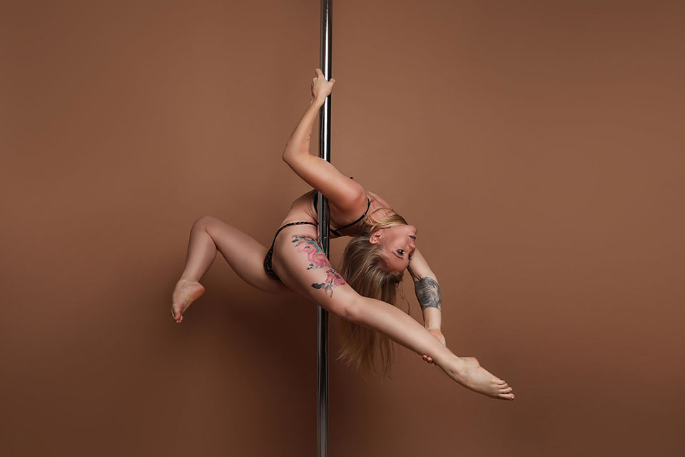 POLE - STUDIO Shooting - (Carolin Schmitt aka Pole Mimi) - LATE NIGHT TALES Christina Bulka Fotograf Fotografie Augsburg